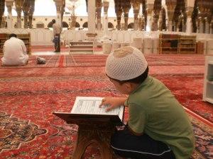 masih ingat gambar ini. Ini masa saya baca quran di masjid nabawi. Masa tu saya baru berumur 7 tahun. masa tu saya baru pandai baca juz amma saja