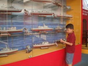 ada banyak model kapal perang di sini