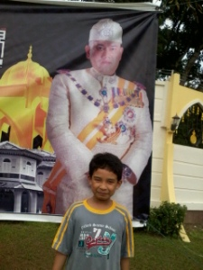 tada.....saya bergambar dengan gambar sultan....hehe