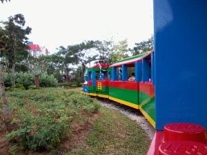keretapi akan bergerak perlahan mengelilingi taman dan bandar lego