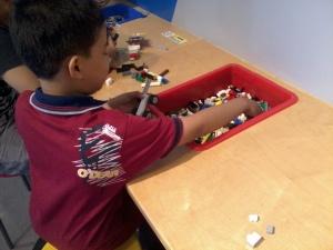 mula-,mula ambil blok lego...