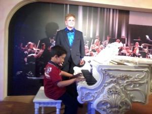 Elton John sampai terlopong tengok kehebatan saya bermain piano......hebatlah sangat....